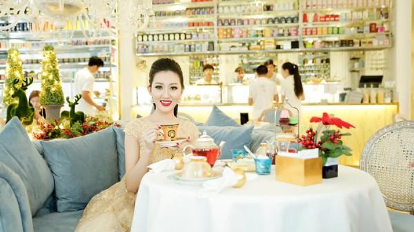 Hoa hậu Huỳnh Thúy Anh điệu đà xuống phố đón Giáng sinh ảnh 6
