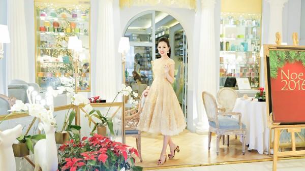Hoa hậu Huỳnh Thúy Anh điệu đà xuống phố đón Giáng sinh ảnh 5