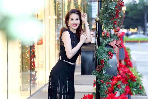 """Hoa hậu Lê Thanh Thúy khoe vóc dáng chuẩn """"đồng hồ cát"""" ảnh 5"""