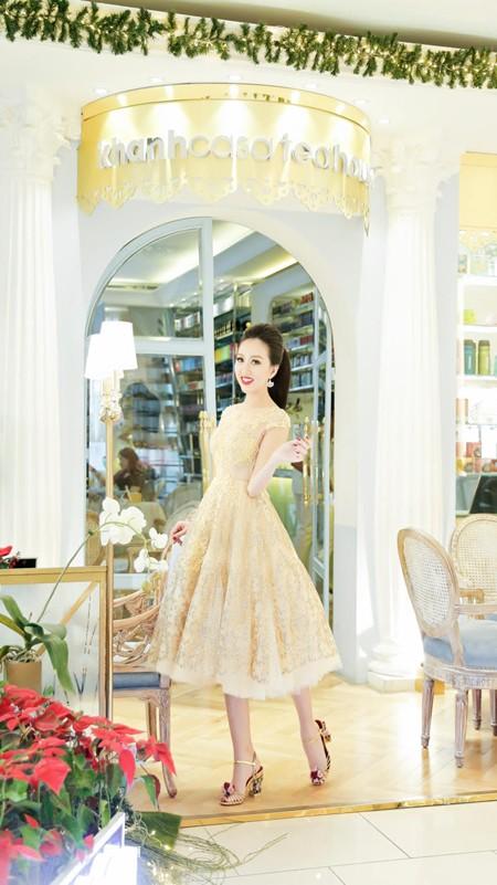 Hoa hậu Huỳnh Thúy Anh điệu đà xuống phố đón Giáng sinh ảnh 2