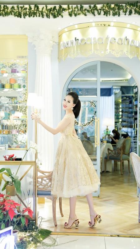 Hoa hậu Huỳnh Thúy Anh điệu đà xuống phố đón Giáng sinh ảnh 3