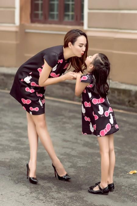 Hoa hậu Ngọc Diễn diện đồ đôi gợi cảm cùng con gái xuống phố ảnh 1