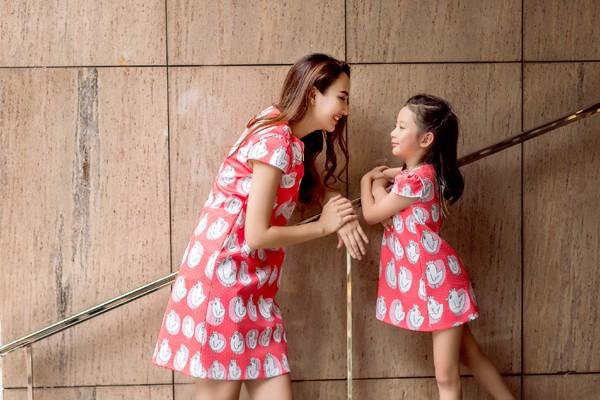 Hoa hậu Ngọc Diễn diện đồ đôi gợi cảm cùng con gái xuống phố ảnh 9