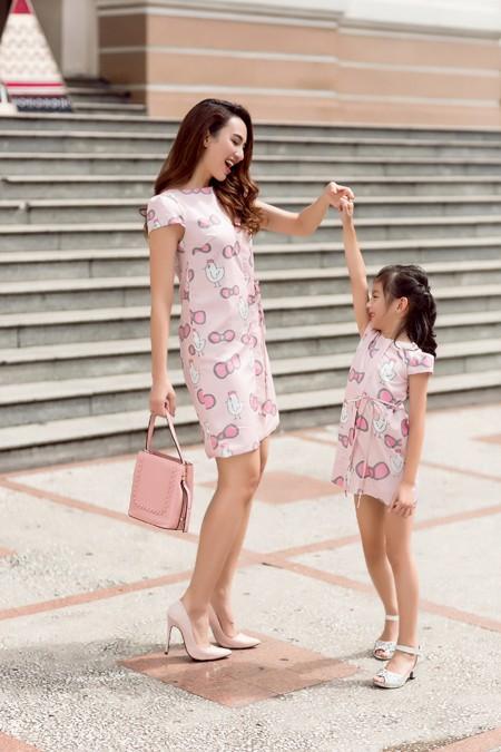 Hoa hậu Ngọc Diễn diện đồ đôi gợi cảm cùng con gái xuống phố ảnh 5