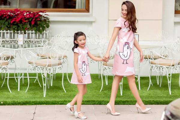 Hoa hậu Ngọc Diễn diện đồ đôi gợi cảm cùng con gái xuống phố ảnh 4