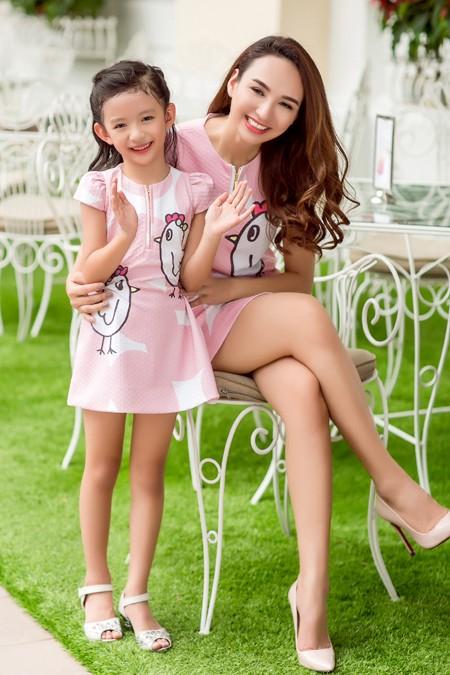 Hoa hậu Ngọc Diễn diện đồ đôi gợi cảm cùng con gái xuống phố ảnh 7