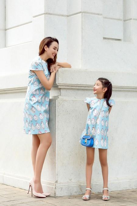 Hoa hậu Ngọc Diễn diện đồ đôi gợi cảm cùng con gái xuống phố ảnh 2