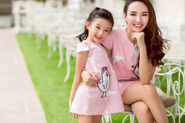 Hoa hậu Ngọc Diễn diện đồ đôi gợi cảm cùng con gái xuống phố ảnh 8