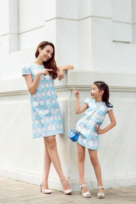 Hoa hậu Ngọc Diễn diện đồ đôi gợi cảm cùng con gái xuống phố ảnh 3
