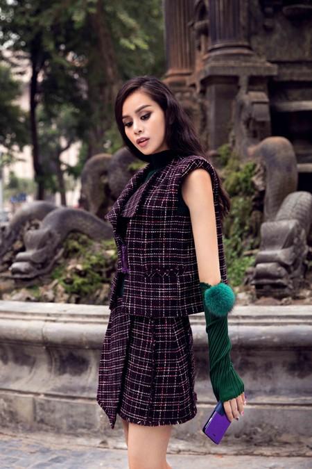 """Tân Hoa hậu điện ảnh Sella Trương lạnh lùng với """"Emo in love"""" của Xuân Lê"""