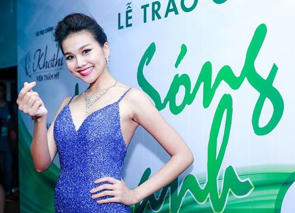 Siêu mẫu Thanh Hằng gây bất ngờ khi đi… chân đất dự sự kiện ảnh 2