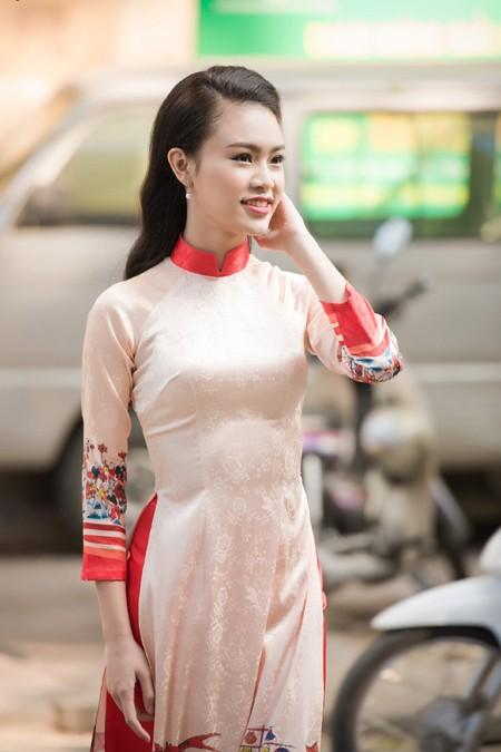 """""""Cô gái vàng"""" Hoa hậu Việt Nam 2016 rạng ngời dự họp báo """"Ngày chủ nhật Đỏ"""" ảnh 1"""
