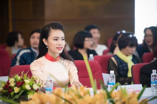 """""""Cô gái vàng"""" Hoa hậu Việt Nam 2016 rạng ngời dự họp báo """"Ngày chủ nhật Đỏ"""" ảnh 6"""