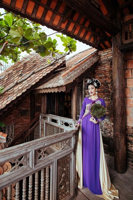 """Từ những cảm tưởng đó và trong khí trời vào xuân, NTK Võ Việt Chung đã """"lay"""" những nhành hoa vào trong tà áo của mình và gọi tên bộ sưu tập (BST) bằng chính cái tên giản dị của loài hoa ấy: """"Đào - Mai""""."""