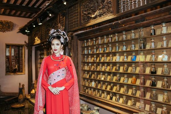 Hoa mai và đào được khéo léo sắp đặt ở những vị trí đẹp để uốn khúc như hình dạng của chính nhành cây và những dải lụa kimono được cắt cúp, sắp đặt làm điểm nhấn cho chiếc áo hoặc biến thành khăn choàng vắt hờ hững kiêu sa.