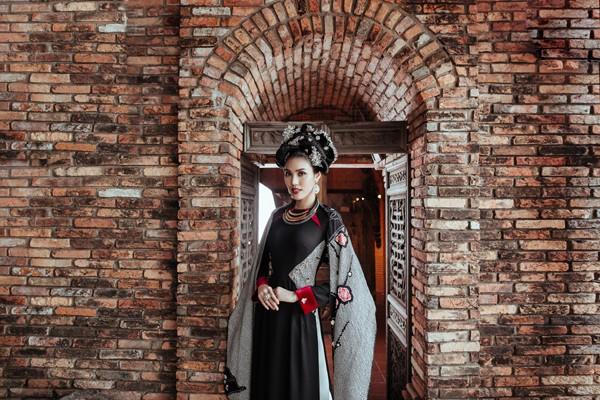 Với sự hỗ trợ của ê-kip (trang điểm: Mid Nguyen, làm tóc: Thuan Le Van Sy), Top 11 Miss World 2015 Lan Khuê khoe trọn vẻ đài các nhưng cũng không kém phần dịu dàng trong các thiết kế của Võ Việt Chung.