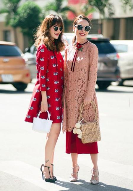 Vào thời điểm những ngày xuân của năm Đinh Dậu đến gần, hai chị em Yến Trang, Yến Nhi đã cùng nhau diện những mẫu áo dài cách tân xuống phố.