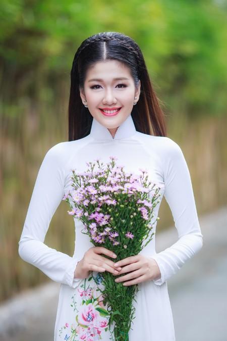 Dưới ánh nắng nhẹ của những ngày đầu xuân, Á khôi Xuân An khoe vẻ đẹp vô cùng dịu dàng và duyên dáng của người con gái Việt Nam.