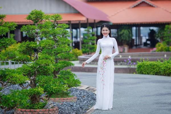 Sở hữu vẻ đẹp hiện đại nhưng cũng rất dịu dàng đúng chuẩn người phụ nữ Việt, Á khôi Xuân An khoe ba vòng hoàn hảo trong tà áo dài nền nã.