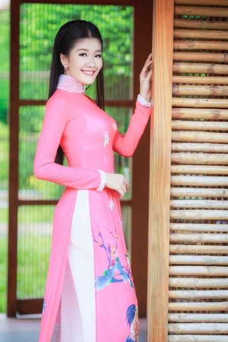 Tuy nhiên, cô vẫn tranh thủ dành thời gian thực hiện những bộ hình thời trang với áo dài, khoe nhan sắc rạng ngời.