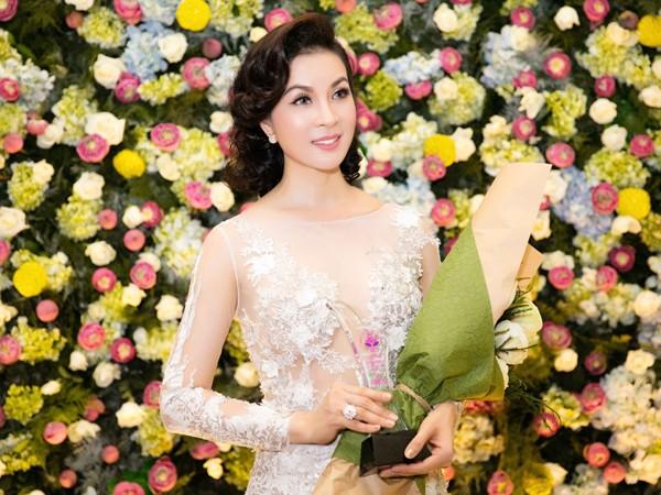 """MC Thanh Mai lộng lẫy nhận giải thưởng """"Người phụ nữ tài sắc"""" ảnh 8"""