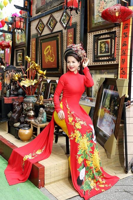 Hoa hậu Lê Thanh Thúy rạng ngời dạo phố ông đồ ảnh 3