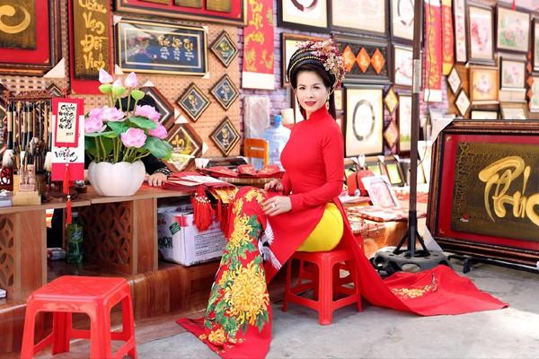 Hoa hậu Lê Thanh Thúy rạng ngời dạo phố ông đồ ảnh 6