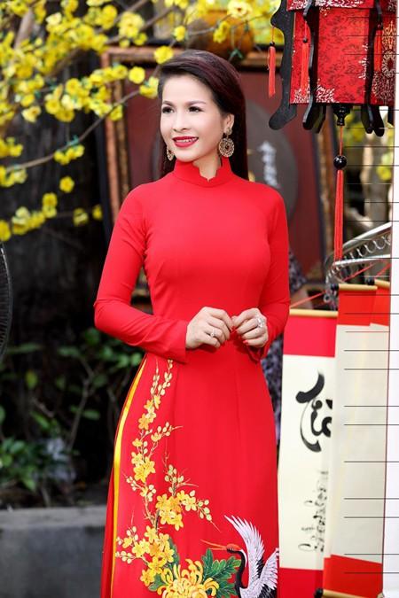 Hoa hậu Lê Thanh Thúy rạng ngời dạo phố ông đồ ảnh 1