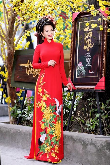 Hoa hậu Lê Thanh Thúy rạng ngời dạo phố ông đồ ảnh 4