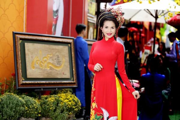 Hoa hậu Lê Thanh Thúy rạng ngời dạo phố ông đồ ảnh 7