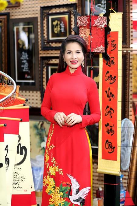 Hoa hậu Lê Thanh Thúy rạng ngời dạo phố ông đồ ảnh 2