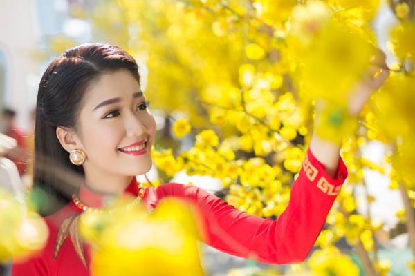 """Á khôi """"Người đẹp xứ Dừa"""" Xuân An e ấp áo dài dạo phố xuân ảnh 7"""
