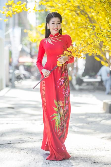 """Á khôi """"Người đẹp xứ Dừa"""" Xuân An e ấp áo dài dạo phố xuân ảnh 3"""