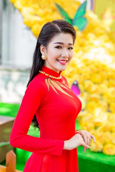 """Á khôi """"Người đẹp xứ Dừa"""" Xuân An e ấp áo dài dạo phố xuân ảnh 6"""