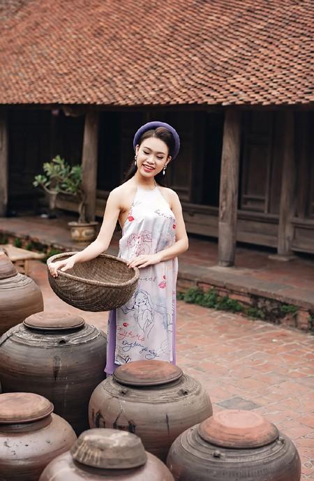 """""""Cô gái vàng"""" của Hoa hậu Việt Nam rạng rỡ du xuân ở làng cổ ảnh 7"""
