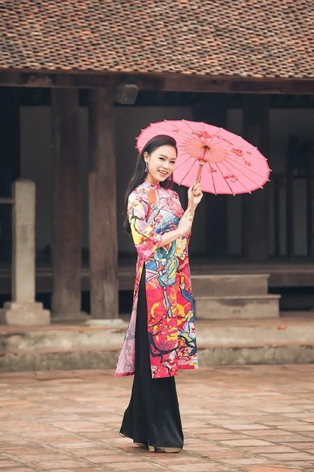 """""""Cô gái vàng"""" của Hoa hậu Việt Nam rạng rỡ du xuân ở làng cổ ảnh 1"""