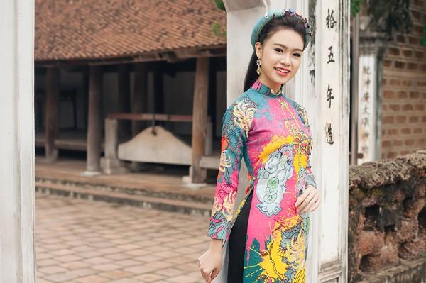 """""""Cô gái vàng"""" của Hoa hậu Việt Nam rạng rỡ du xuân ở làng cổ ảnh 3"""
