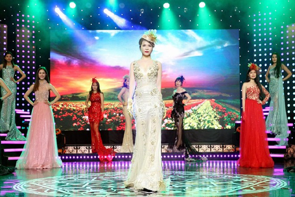 Hoa hậu Lê Thanh Thúy làm vedette trong show thời trang đầu năm mới ảnh 2