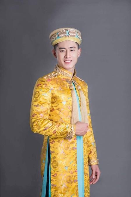 Chuẩn bị cho phần thi trang phục truyền thống, Nguyễn Tiến Đạt đã được nhà thiết kế Võ Việt Chung ưu ái chuẩn bị cho bộ áo dài lịch lãm, sang trọng và vô cùng ấn tượng.