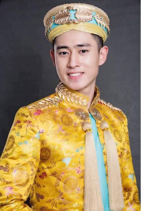 """Đây là một mẫu trang phục nằm trong bộ sưu tập mang tên """"Vương triều"""" của NTK Võ Việt Chung vừa đoạt hai giải thưởng danh giá tại Mỹ trong tháng 10-2016."""