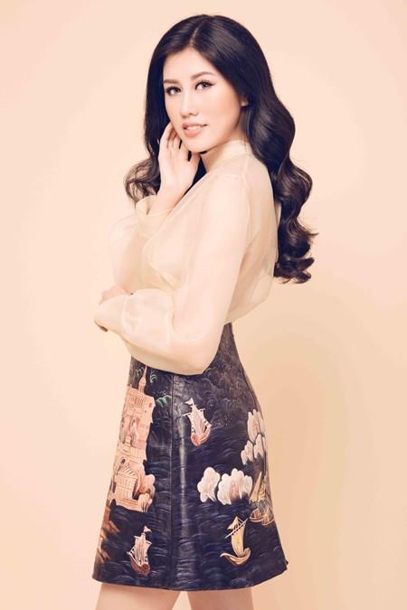 Nhan sắc mê hoặc của Top 9 Hoa hậu Du lịch quốc tế Emily Hồng Nhung ảnh 1
