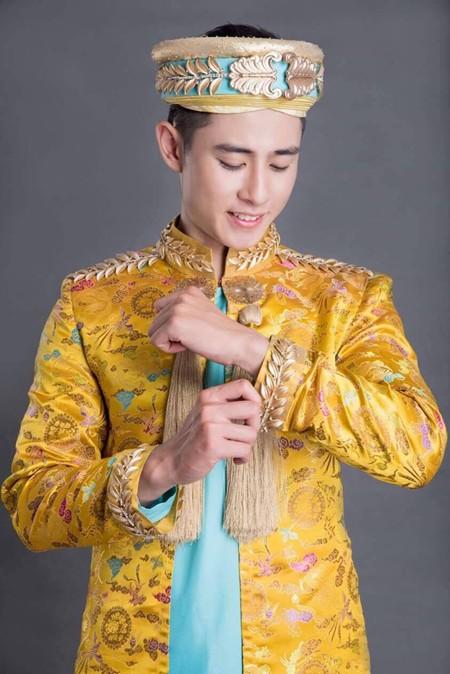 Trang phục có hình ảnh của những cành lúa vàng trên cổ áo, tay áo và trên chiếc khăn đống, tượng trưng cho hình ảnh đất nước con người Việt Nam cùng xen kẽ với hình ảnh rồng phượng ẩn mình trong mây.