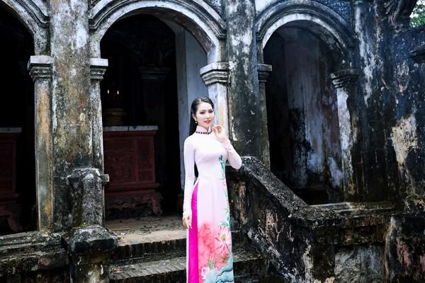 Trong không khí trong lành của mùa xuân, Hoa hậu Dương Kim Ánh duyên dáng chọn cho mình chiếc áo dài truyền thống, cầu cho một năm mới bình an, sức khỏe cho mình, gia đình và người thân.