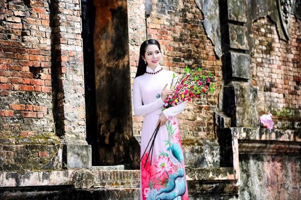 Bên cạnh đó, việc chọn những bộ áo dài truyền thống đẹp mắt của NTK Minh Châu cho những ngày đầu năm cũng khiến Dương Kim Ánh càng tự tin và hào hứng hơn.