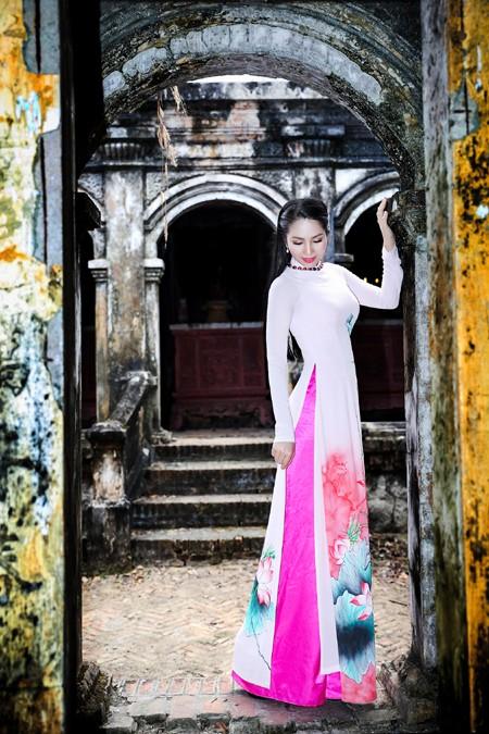Vừa trở lại TP.HCM sau chuyến nghỉ lễ cùng gia đình tại Vĩnh Long, Hoa hậu Dương Kim Ánh diện áo dài nền nã đi lễ chùa.