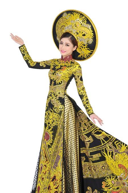"""Tham gia cuộc thi, Trương Thái Thùy Dương đã được nhà thiết kế Tuấn Hải hỗ trợ bộ trang phục áo dài dân tộc với chủ đề """"Trống đồng Thăng Long""""."""