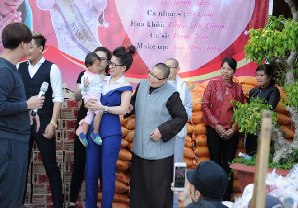 Hoa hậu Lê Thanh Thúy giản dị đi làm từ thiện ảnh 2