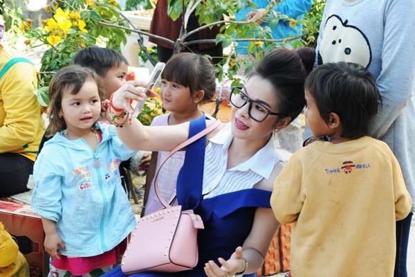 Hoa hậu Lê Thanh Thúy giản dị đi làm từ thiện ảnh 6