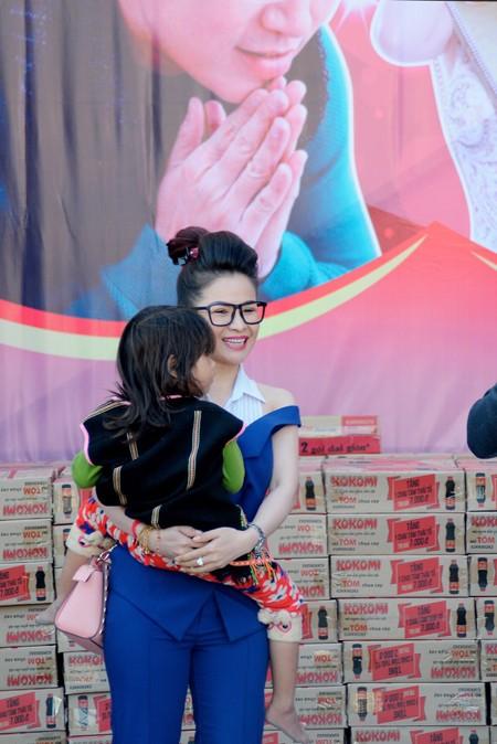 Hoa hậu Lê Thanh Thúy giản dị đi làm từ thiện ảnh 5