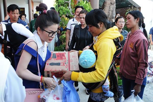 Hoa hậu Lê Thanh Thúy giản dị đi làm từ thiện ảnh 7